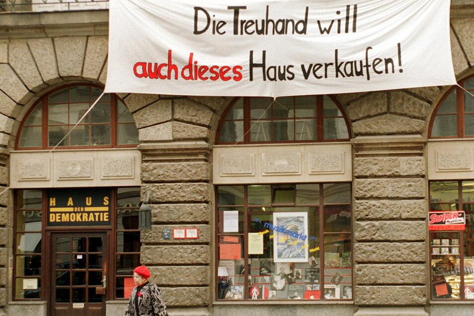 Unter Zeitdruck: Das Vermögen der DDR wurde durch die Treuhand in nur vier Jahren privatisiert. Weil verkauft werden musste, sanken die Preise in den Keller. Die Folgen zeigen sich bis heute in den Unterschieden von West- und Ost-Vermögen.