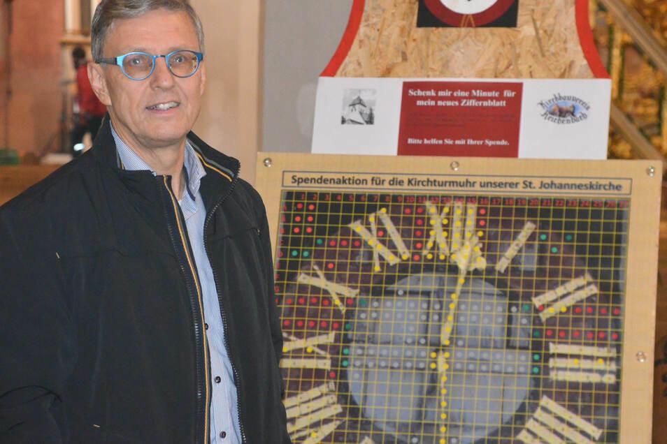 Pfarrer Christoph Wiesener mit der symbolischen Spendenuhr.