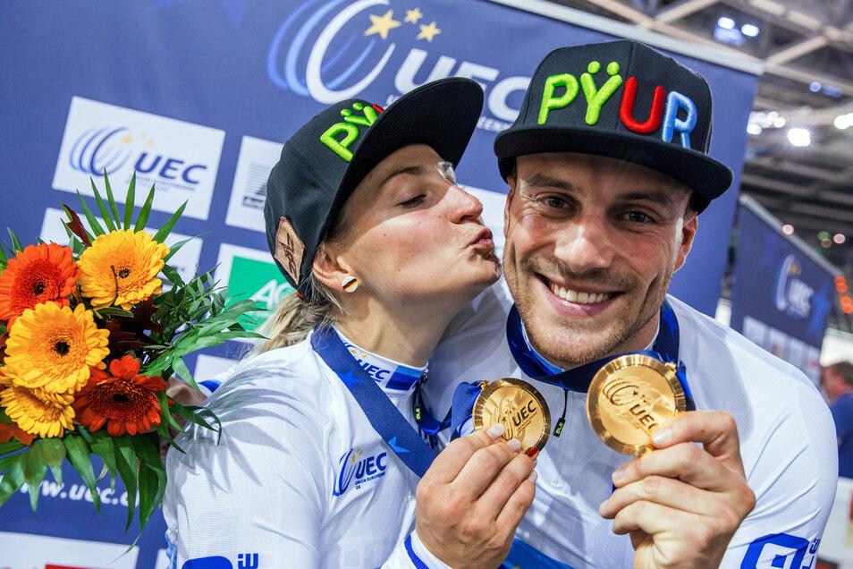 Guten Freunden gibt man ein Küssen... Vor gut einem Jahr feiern Kristina Vogel und Maximilian Levy noch ihre Goldmedaillen bei der Bahnrad-EM in Berlin.