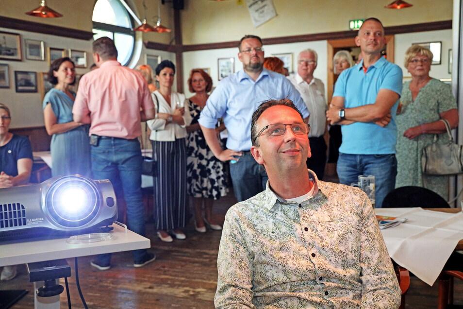 Marco Müller musste bei der Auszählung lange bangen. Er verfolgte die Übertragung im Riesaer Riesenhügel im Kreis von Freunden und Unterstützern.