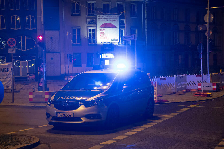 Ein Polizeiwagen in Berlin-Mitte. Dort hatten Zeugen eine Person mit einer mutmaßlichen Langwaffe gesehen.