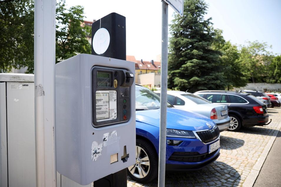 Eigentlich sollten die neuen Parkscheinautomaten - hier der auf dem Parkplatz Am Technikum - schon stehen. Doch dieses Vorhaben zieht sich.