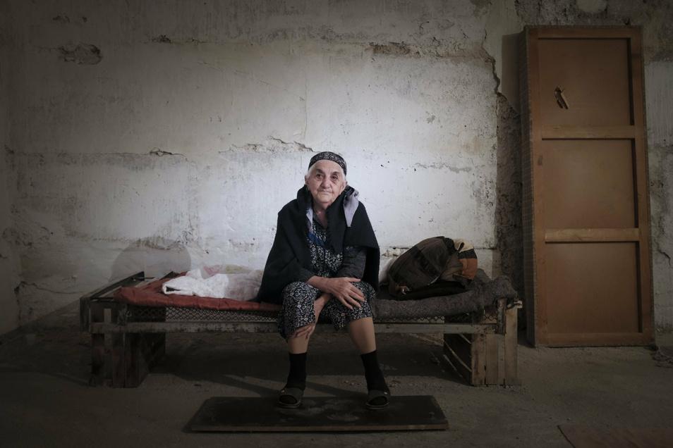 Eine ältere Frau aus Armenien sitzt in der Konfliktregion Berg-Karabach in einem Bombenbunker in der Hauptstadt Stepanakert.