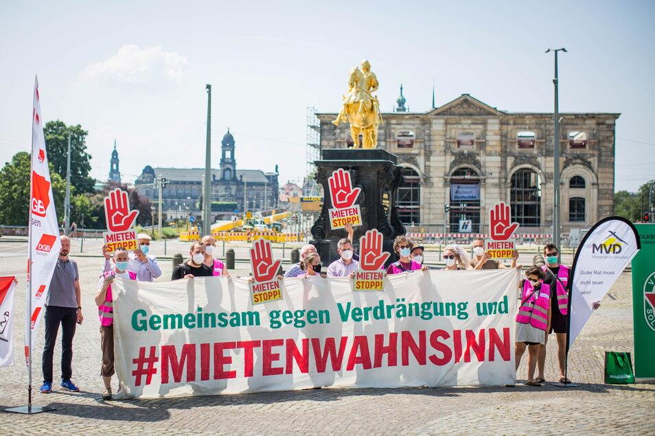 """Kundgebung eines Bündnisses aus Mieterverein, Gewerkschaften, Volkssolidarität und dem Dresdner Aktionsbündnis """"Mietenwahnsinn stoppen"""" auf dem Neustädter Markt in Dresden."""