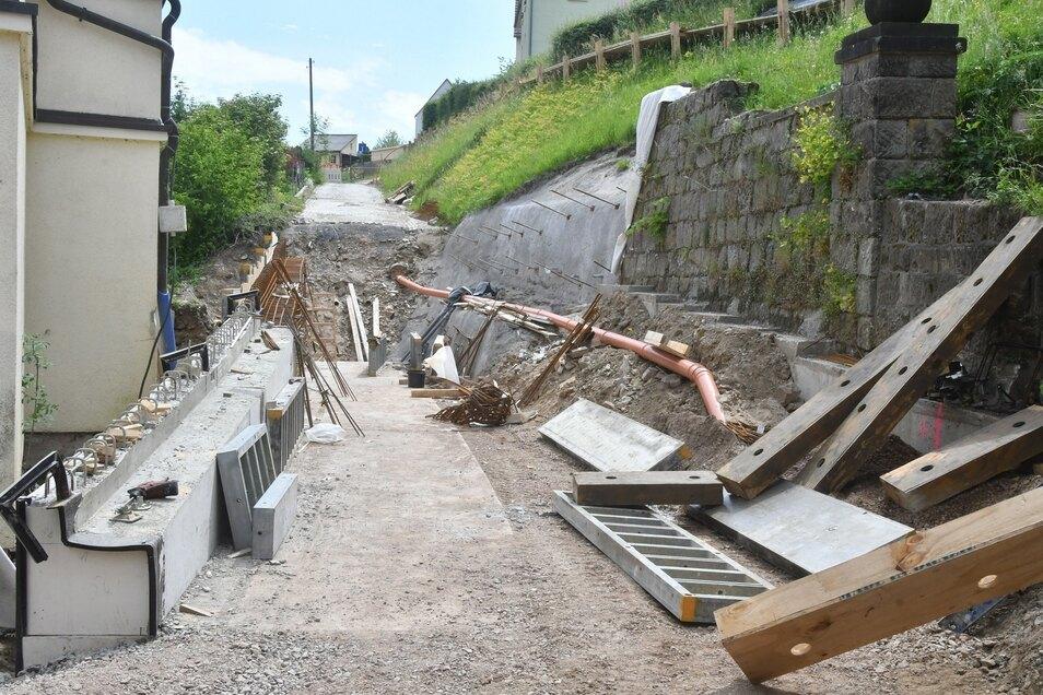 Vom alten Straßenbelag ist nichts mehr übrig geblieben. Deutlich zu sehen ist die neue Stützwand auf der linken Seite.