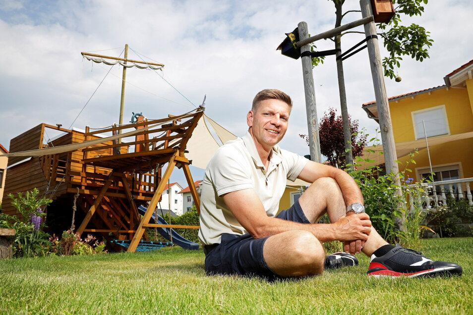 Gunnar Hoffmann lebt in einem Riesaer Wohngebiet in Sichtweite des Krankenhauses. Stolz ist er auf sein Piratenschiff, auf dem die Kinder spielen können.