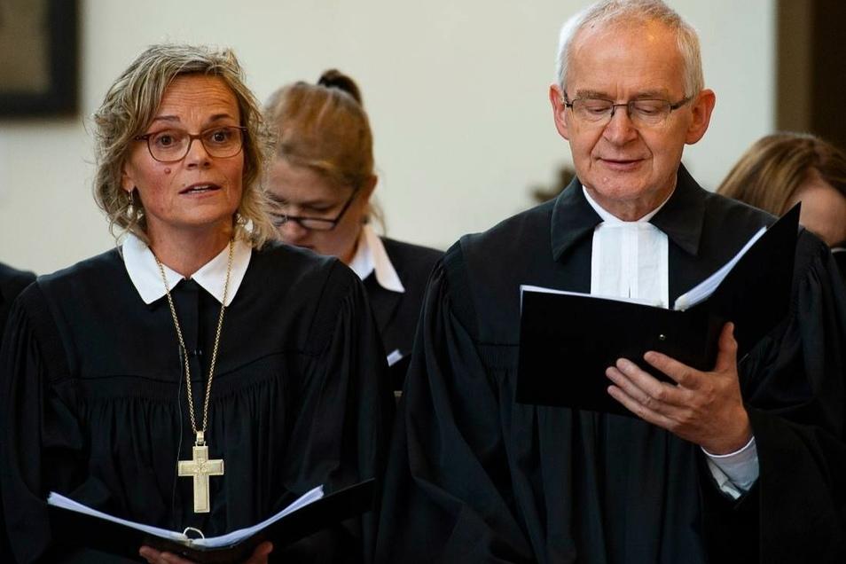 Theresa Rinecker (links) während des Gottesdienstes, als sie als Generalsuperintendentin (EKBO) des Sprengels Görlitz eingeführt wurde. Rechts ihr Vorgänger Martin Herche.