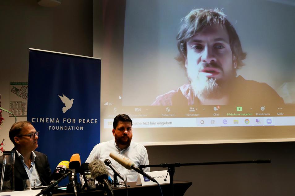 """Auch Pjotr Werzilow (rechts auf der Leinwand) von der russischen Punkband Pussy Riot wurde in der Charité behandelt - wegen einer """"Vergiftung""""."""