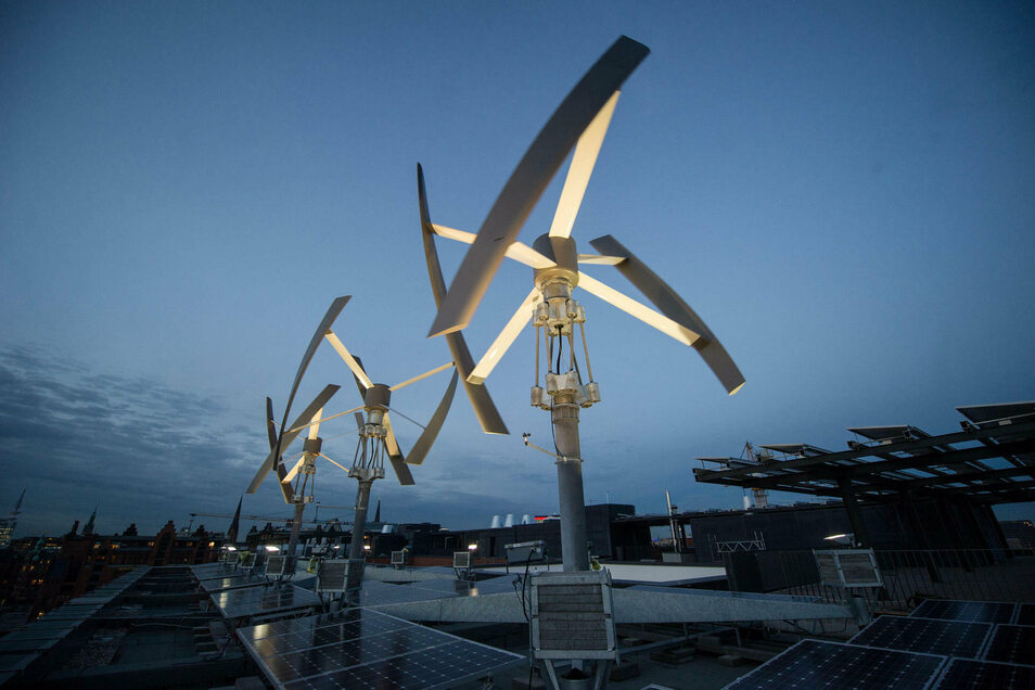 Es muss nicht ein weithin sichtbares, riesiges Windrad sein. Auch mit kleinen Windenergieanlagen – wie der auf der Greenpeace-Zentrale in Hamburg – kann umweltfreundlich Strom erzeugt werden.
