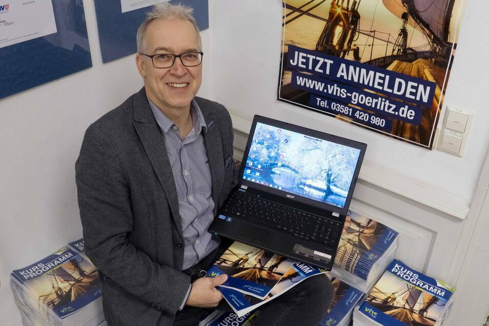 Maik Gloge, Direktor der Volkshochschule Görlitz, setzt nicht nur auf Online-Angebote. Das gedruckte Programm wird im Lockdown besonders intensiv gelesen.