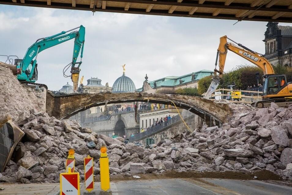Am Freitagnachmittag fielen die letzten Steine des bisherigen Bogens der Augustusbrücke.