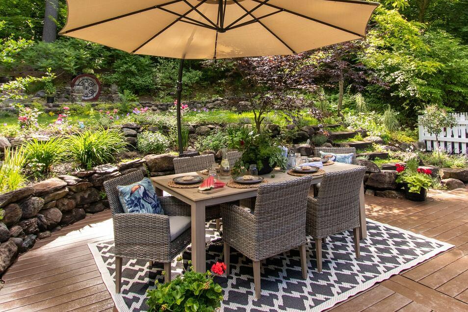 Individuell gestaltete und massive Holzmöbel machen im Garten, auf der Terrasse oder dem Balkon so richtig etwas her. Warum nicht jetzt schon für die schönen Tage vorsorgen?
