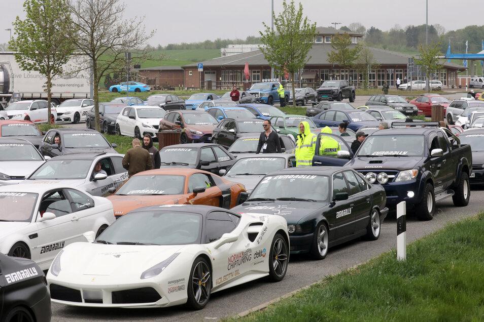 Wegen des Verdachts auf ein illegales Autorennen auf der Ostseeautobahn A20 Lübeck-Stettin wurden Dutzende Autos vor allem aus Norwegen von der Polizei auf der Autobahnraststätte Fuchsberg bei Wismar festgehalten und kontrolliert.