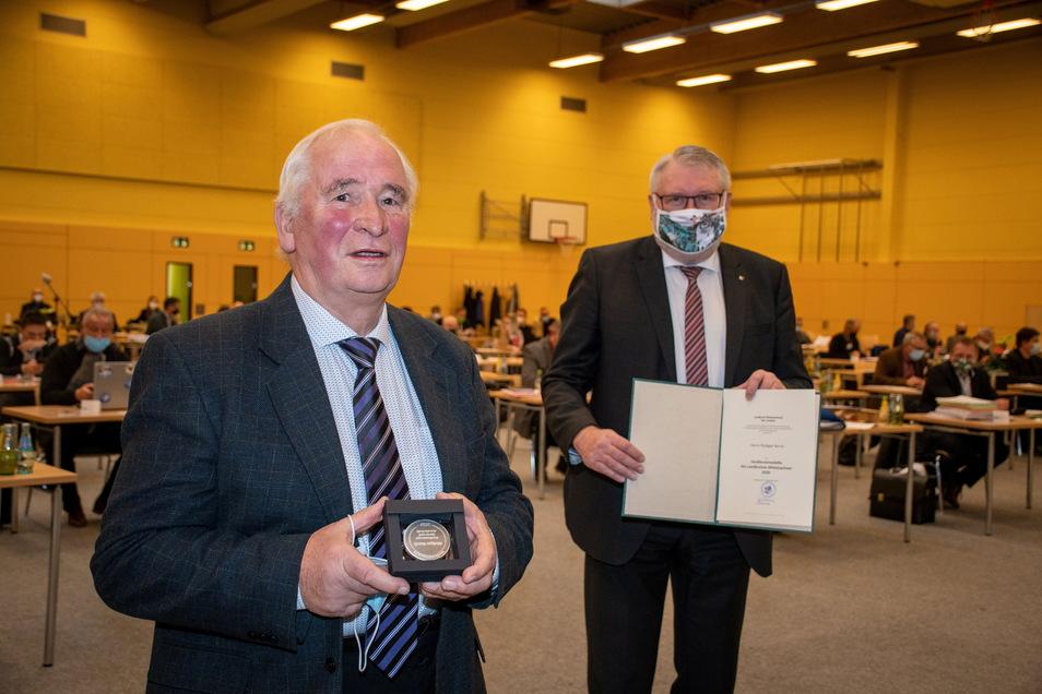 Rüdiger Borck aus Mittweida  hat 2020 für seine Verdienste um den Sport im Landkreis sowie für sein kommunalpolitisches Engagement als Stadt- und Kreisrat  die Verdienstmedaille des Landkreises Mittelsachsen erhalten.