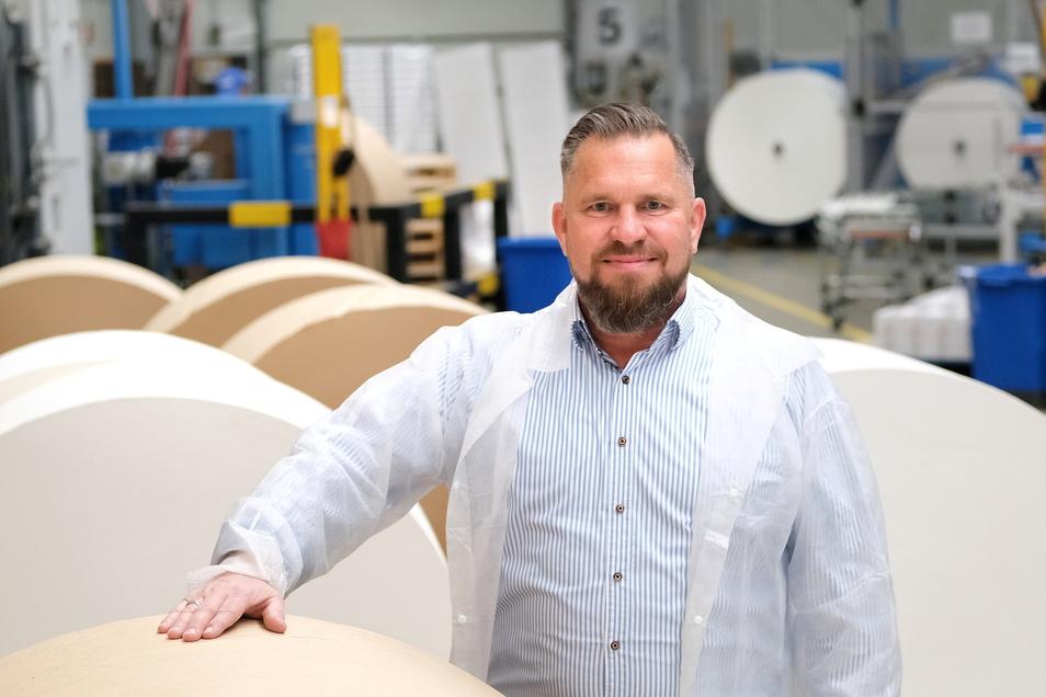 Aus großen Papierrollen entstehen einige Milliarden Kaffeefilter bei Konos in Nossen. Christian Höpper ist seit rund 20 Jahren Geschäftsführer.