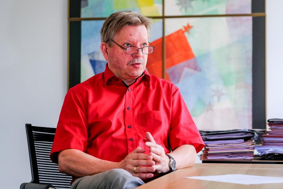 Bert Wendsche (parteilos) lenkt als Oberbürgermeister seit zwei Jahrzehnten die Geschicke der Stadt Radebeul. Kurz vor seinem Amtsjubiläum kündigte der 57-Jährige an, sich im nächsten Jahr zur Wiederwahl für eine vierte Amtszeit zu stellen.