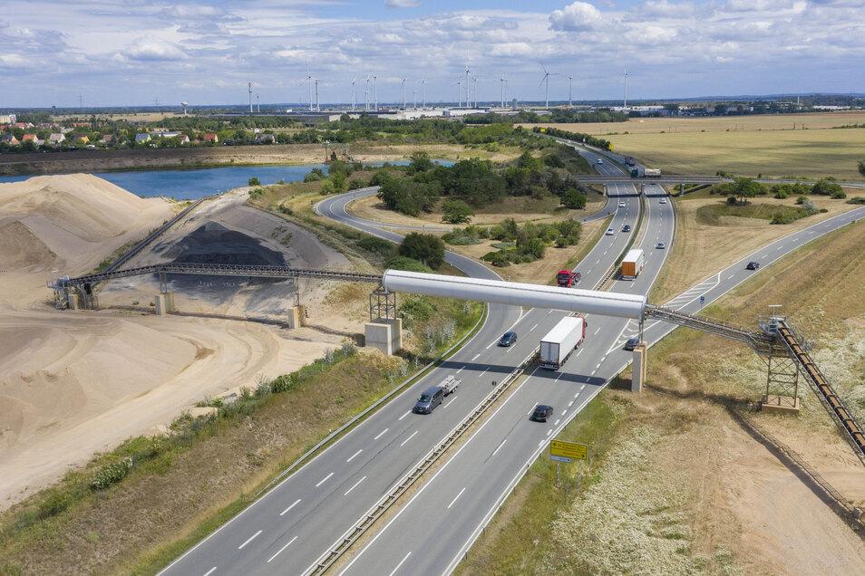 Mehr als 100 Meter lang ist die Brücke, die seit einem Jahr die B 169 bei Röderau überspannt. Die Abfahrt rechts führt zur S 88 Richtung Nünchritz.