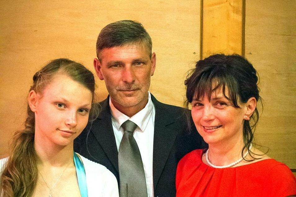 Carola und Mario Wolf mit ihrer Tochter Romy, die gern Model werden möchte.