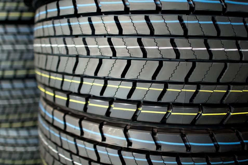 In der Nacht von Mittwoch zu Donnerstag haben Unbekannte die Reifen eines Mercedes gestohlen.