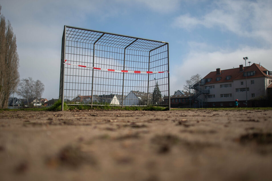 Die Zeiten gesperrter Sportplätze in Sachsen könnten am Montag vorbei sein. Darüber entscheiden wird die Landesregierung am Donnerstagabend.