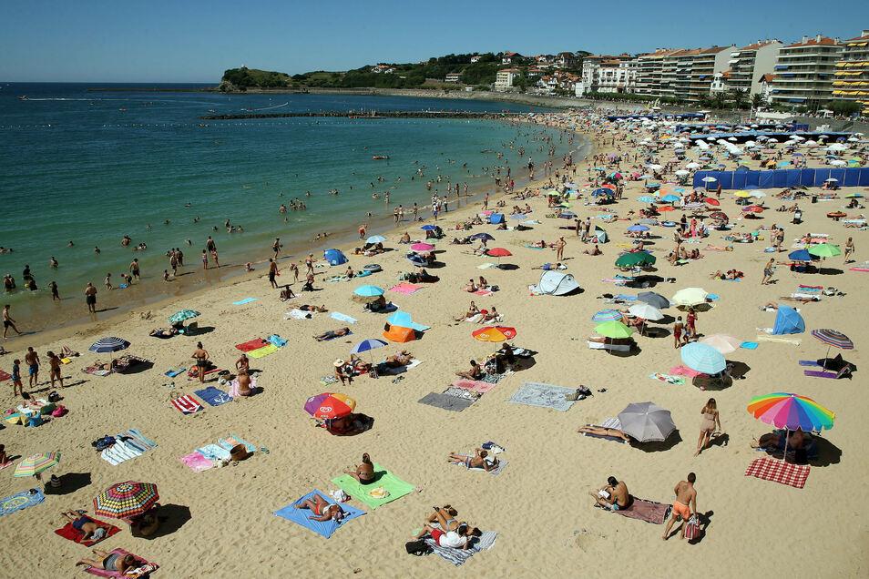 Gutes Beispiel aus Frankreich: Menschen liegen mit Abstand zueinander am Strand von Saint Jean De Luz.