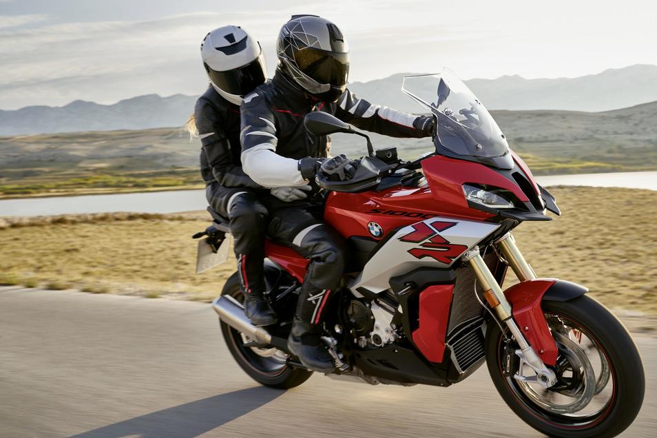 BMW S 1000 XR 2020: Die Neuauflage des bestverkauften Adventure Sport Bikes präsentiert sich leichter, wendiger und mit einer, wie BMW behauptet, noch nie dagewesenen Spreizung zwischen Langstreckenperformance und Sport. Es ist um 2,1 kg leichter und der Reihen-Vierzylinder liefert 165 PS bei 11.000 U/min.