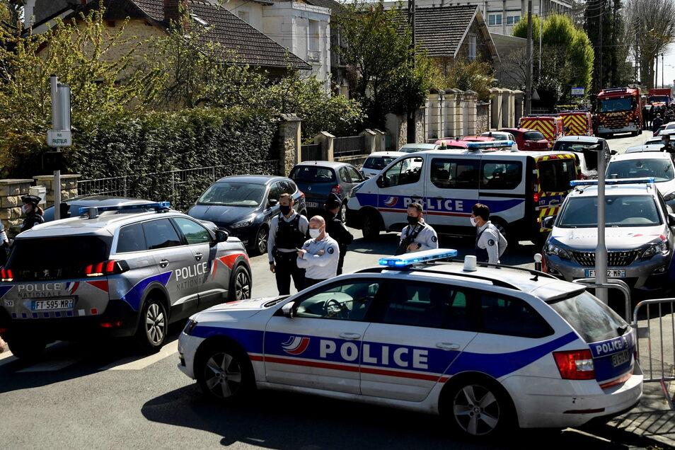 Frankreich, Rambouillet: Bei einem Messerangriff auf einer Polizeiwache ist eine Mitarbeiterin der Polizei getötet worden.