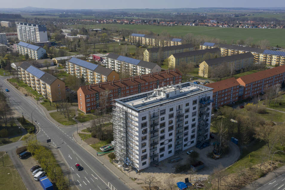 Ein Blick aus Richtung Innenstadt auf Weida. Vorn das Haus Chemnitzer Straße 2, dahinter die Wohnblöcke auf Greifswalder- und Schweriner Straße.