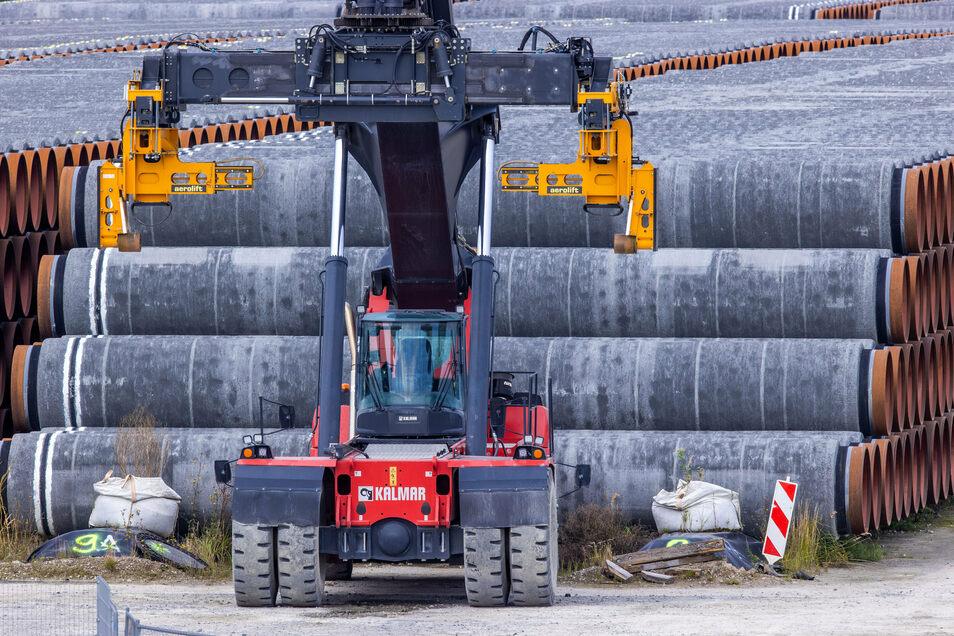 Rohre für die Erdgaspipeline Nord Stream 2 liegen auf einem Lagerplatz im Hafen Mukran auf der Insel Rügen.