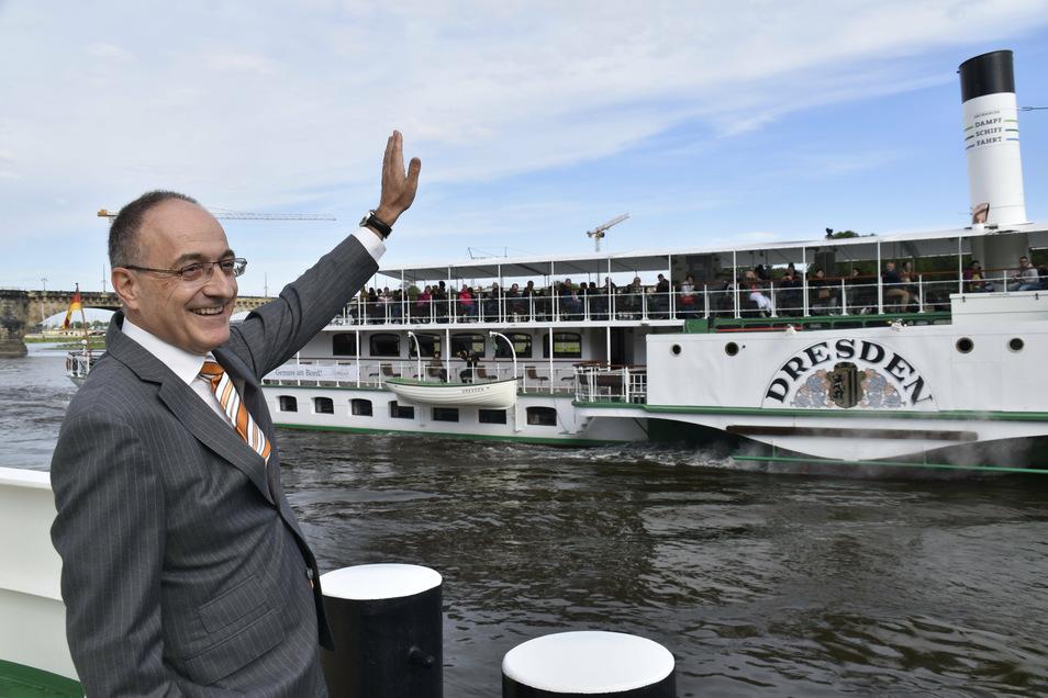 Der neue Dampfer-Chef Robert Straubhaar winkt den Passagieren auf der Dresden zu.