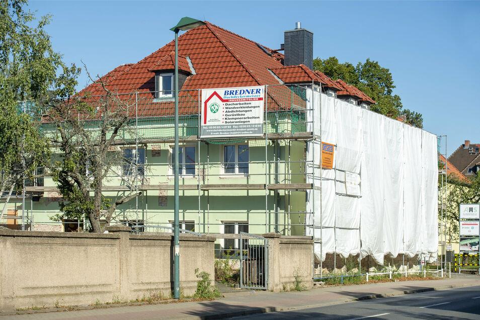 Verhüllt wie einst der Reichstag: Der bisherige Kinder- und Jugendtreff auf der Siegfried-Rädel-Straße in Heidenau.