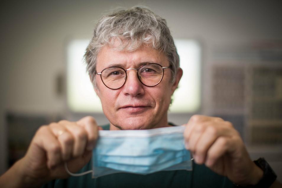 Jacob Bickhardt, Lungenfacharzt aus der Neustadt, sieht derzeit keine Alternative zum Mund-Nasen-Schutz.