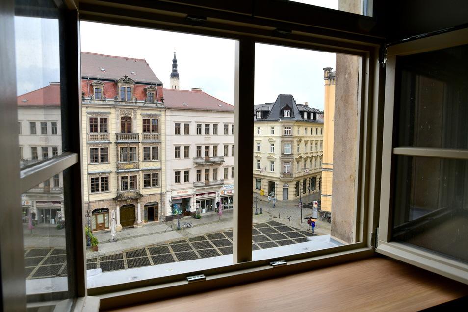 Die Hotelgäste blicken von den Zimmern direkt auf den Markt mit dem Rathaus.