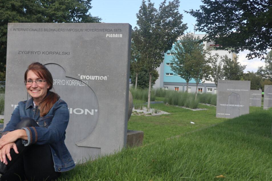 Madeleine Matschke vor den Kunstwerken unweit des SWH-Gebäudes. Die 37-Jährige engagiert sich für Hoyerswerda und für die Region. Seit Februar 2020 ist sie Leiterin für das Stadtmarketing im Marketingverein Familienregion HOY.