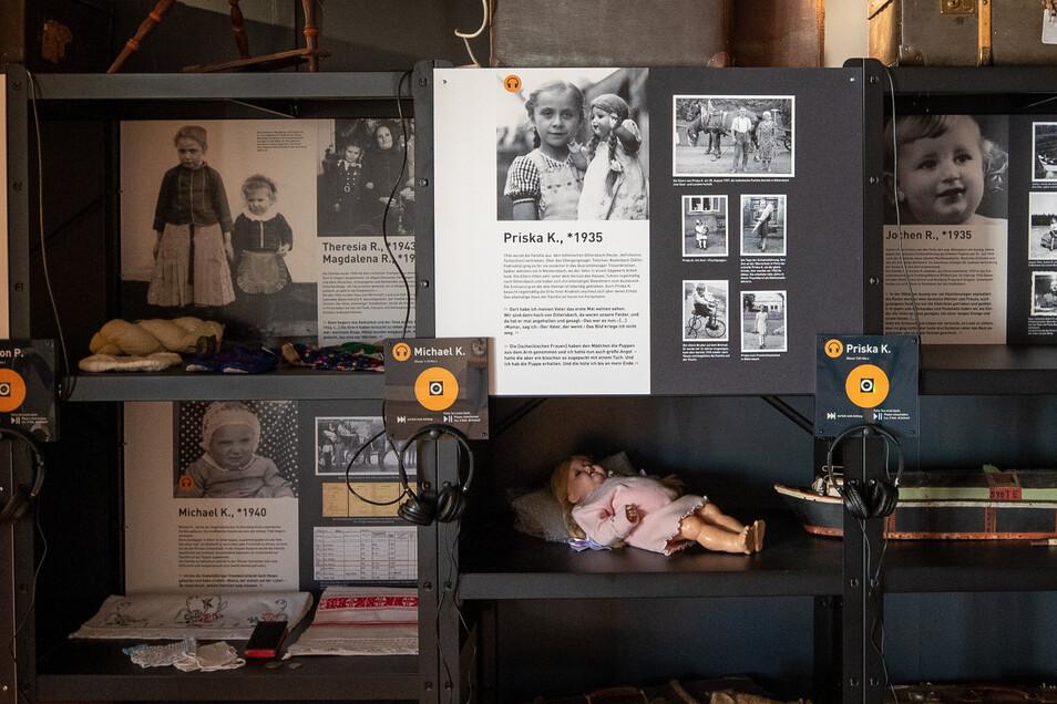 Hör-Stationen im Museum: Per Kopfhörer kann man Zeitzeugen-Erinnerungen hören.