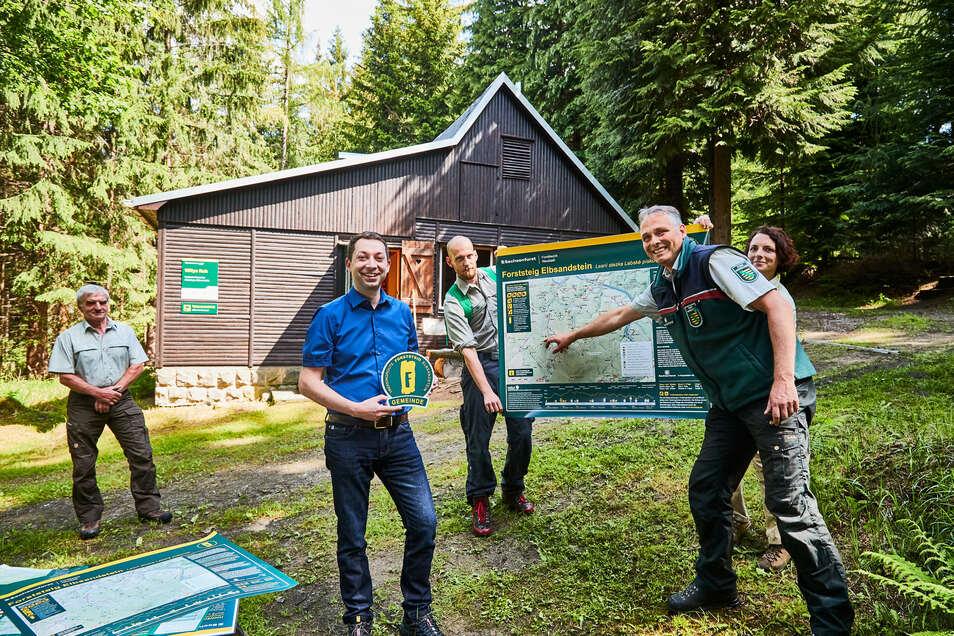 Neue Forststeig-Partner: Christian Walter (2.v.l.), Bürgermeister von Bad Gottleuba-Berggießhübel, und Uwe Borrmeister, Leiter des Forstbezirkes Neustadt (re.).