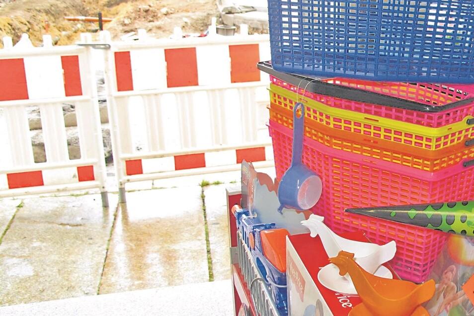 """Blick aus dem """"Fundgrube""""-Laden mit den Hühner-Eierbechern auf die Baustelle in der Zittauer Böhmischen Straße."""