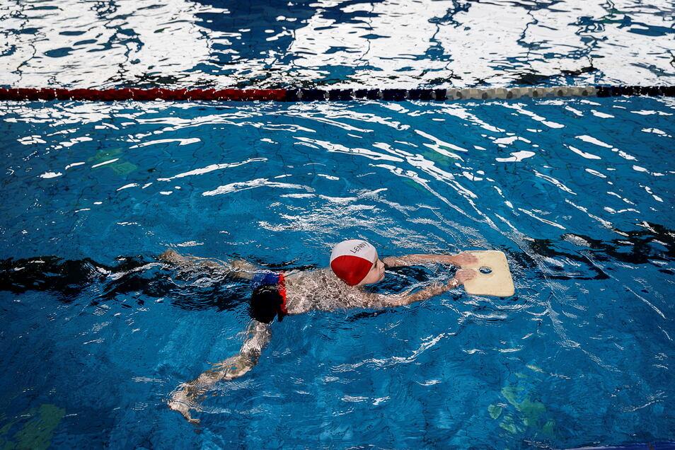 Ein Junge erlernt in einem Kurs vom SV Lok Görlitz das Schwimmen im Neißebad Görlitz. Statt bisher zweimal die Woche wird nun dreimal die Woche geschwommen, um den Bedarf einigermaßen zu decken.