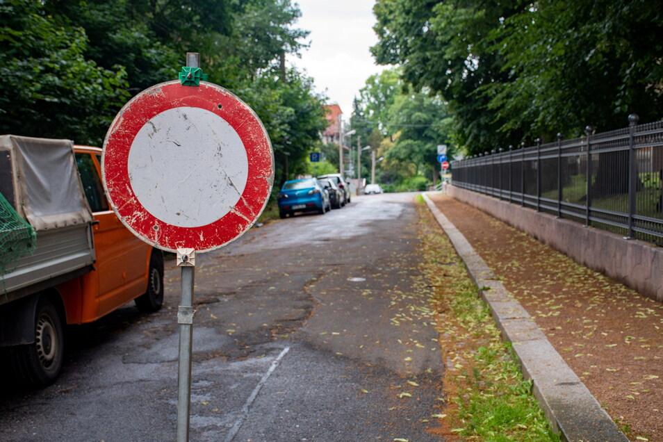 Für etwas mehr als 140.000 Euro bekommt die Karl-Wagler-Straße in Leisnig einen neuen Abwasserkanal. Die Firma Andrä baut abschnittsweise. Der erste Straßenteil ist seit Donnerstag gesperrt.