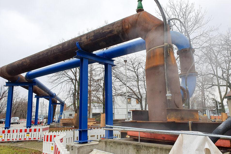Das ist das Ende der insgesamt 2,6 Kilometer langen Ersatztrasse, durch die das Abwasser während der Sanierung des Neustädter Abfangkanals ins Klärwerk fließt.