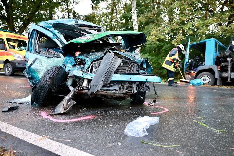 Der Opel wurde bei dem Aufprall komplett zerstört.