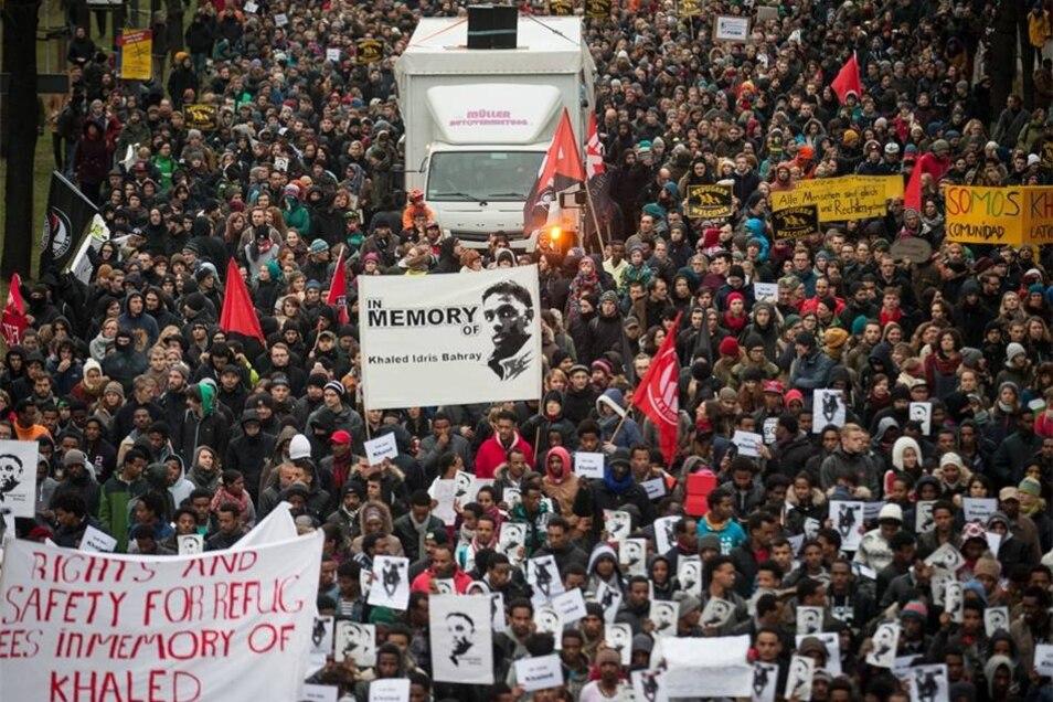 Mit einer am Jorge-Gomondai-Platz gestarteten Demonstration haben am Samstagnachmittag mehr als 2 000 Dresdner dem toten Asylbewerber Khaled B. gedacht. Der Mann aus Eritrea war in der Nacht zum Dienstag in Dresden getötet worden.