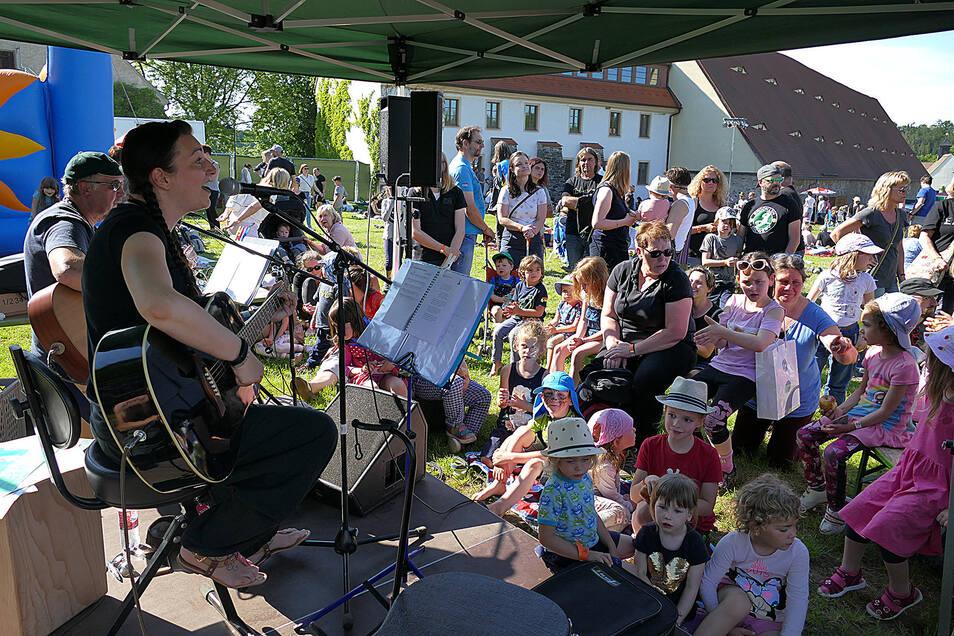 Nicht nur für die erwachsenen Blues- und Rockfans hat das Festival etwas zu bieten, sondern alljährlich gibt es auch ein Kinderprogramm, hier mit Christin Frost und Roland Taffel.