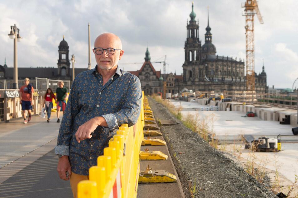 Sepp Jagiella ärgert sich, dass er auf der Augustusbrücke nur wenige Bauarbeiter sieht. Er findet, die Sanierung müsste schneller vorangehen.