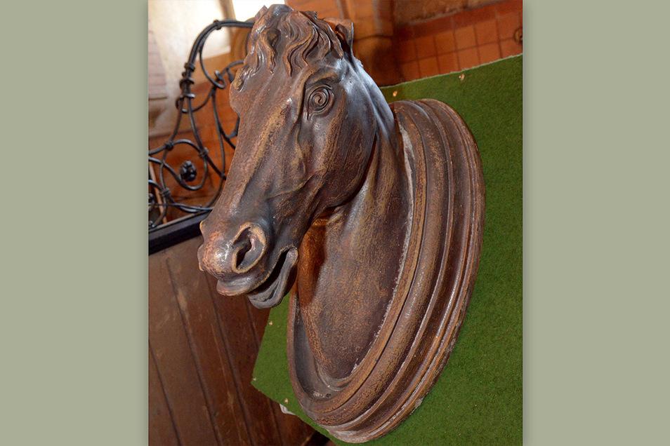 So wurde der markante Pferdekopf von der Kumthalle im Gut in der Ausstellung 2011 im Pferdestall gezeigt. Noch heute liegt er im Alten Schloss.