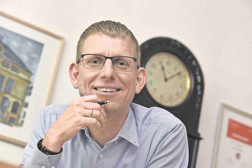 Markus Dreßler (43) ist seit 2004 Bürgermeister. Zunächst leitete er das Gemeindeamt in Reinhardtsgrimma. Nach der Vereinigung mit Glashütte wurde er dort 2008 zum Bürgermeister gewählt und sieben Jahre später im Amt bestätigt.