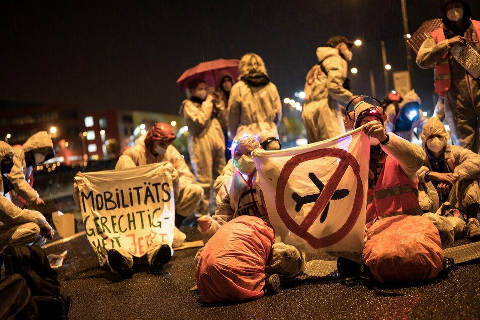 """Die Initiative """"CancelLEJ"""" blockierte in der Nacht zum Samstag eine LKW Zufahrt des DHL-Terminals am Flughafen Leipzig/Halle."""