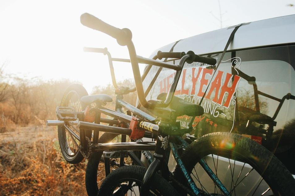 Wer die Wahl hat, sollte beim Fahrradtransport auf Heckträger zurückgreifen.