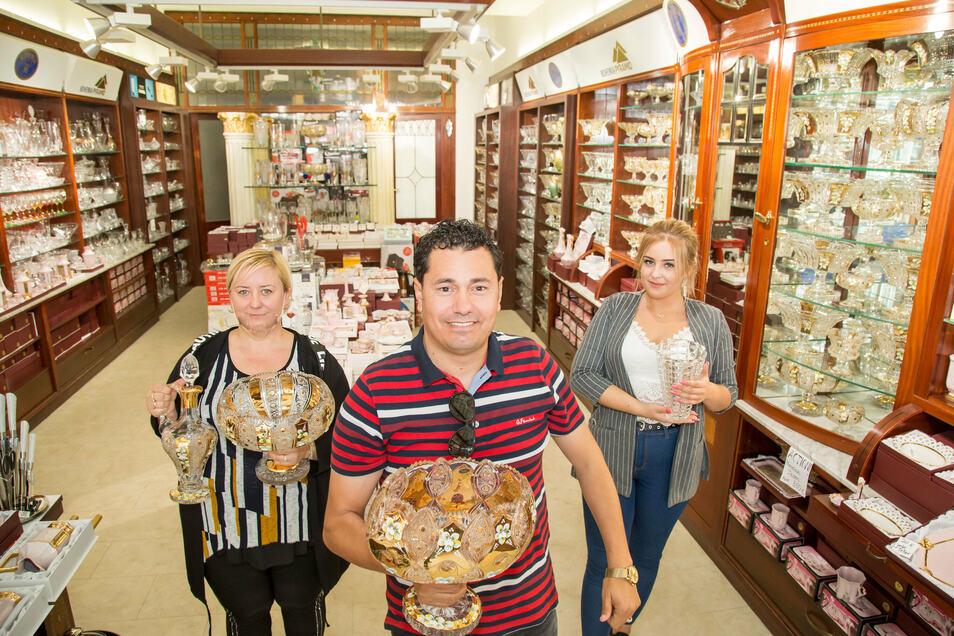 Mohammed Ahmad eröffnete in der Berliner Straße ein Geschäft für Böhmisches Kristall. Unterstützt wird er von Joanna Dewelk (links) und von deren Tochter Ida Lemieszek.