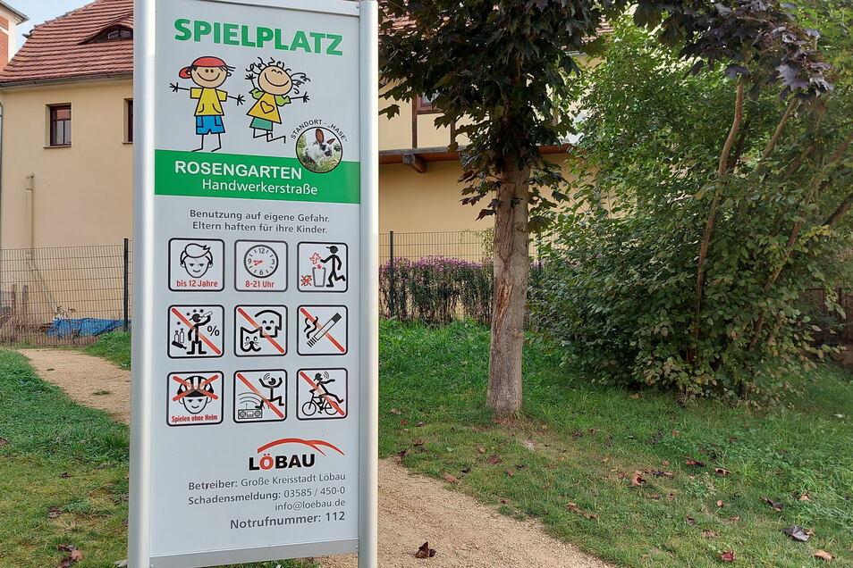An manchen Spielplätzen in Löbau - wie hier im Rosengarten - stehen Schilder mit noch weitaus üppigeren Verbotsanweisungen. Nach Angaben der Stadt werde das speziell abgewogen.